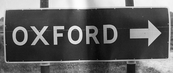 A sign pointing to Oxford from a side road