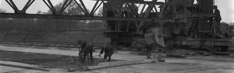Workers building the Great West Road, one of the first new Arterial Roads, in 1923. Click to enlarge